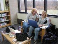 Dwie kobiety przy laptopie