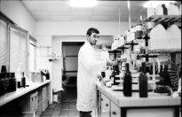 laborant w laboratorium